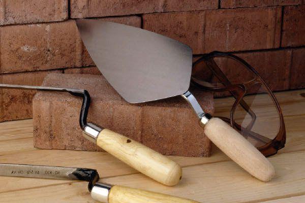 За да произвеждате зидария от тухли, имате нужда от подходящи инструменти.